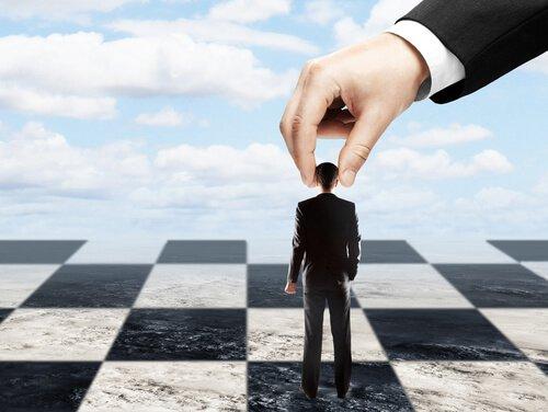 hombre-manipulado-como-un-peon-ajedrez.jpg